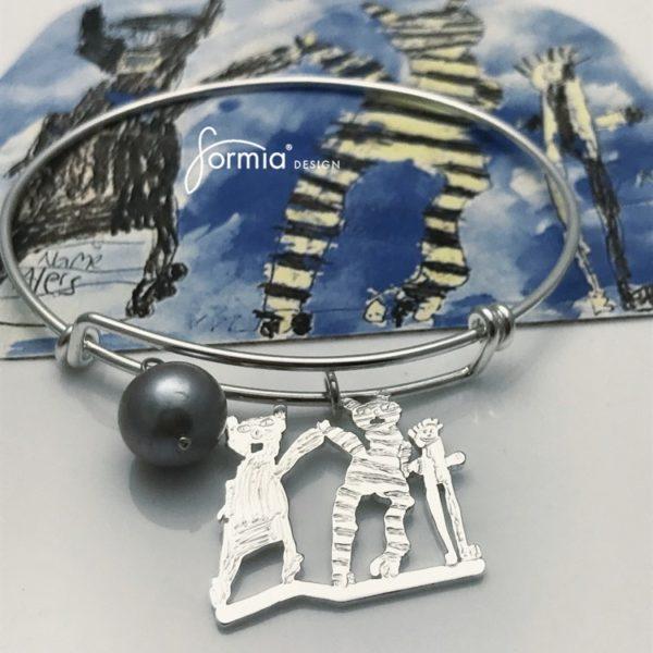 Expandable-bracelet-wire-with-kids-art-charm