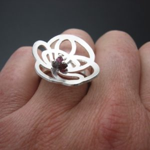 Floral scribble ring in silver and garnet beads