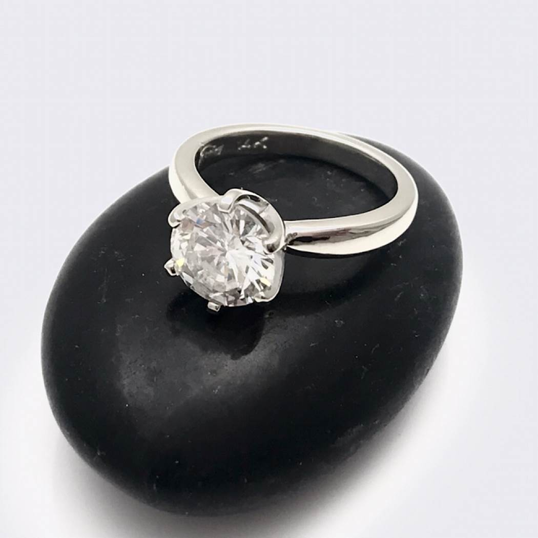 Solitair diamond ring in simple six prong setting